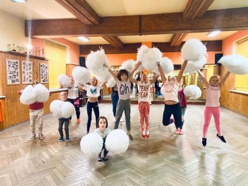 Cheerleading - zajęcia pełne pozytywnej energii i radości prowadzi P. Sylwia Żelazny. Zajęcia w poniedziałki godz. 16.30 do 19.00 sala ul. Skłodowskiej-Curie 12