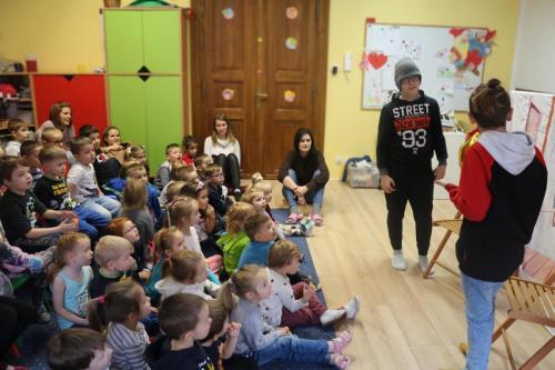 Występ grupy teatralnej MDK w Przedszkolu Król Maciuś